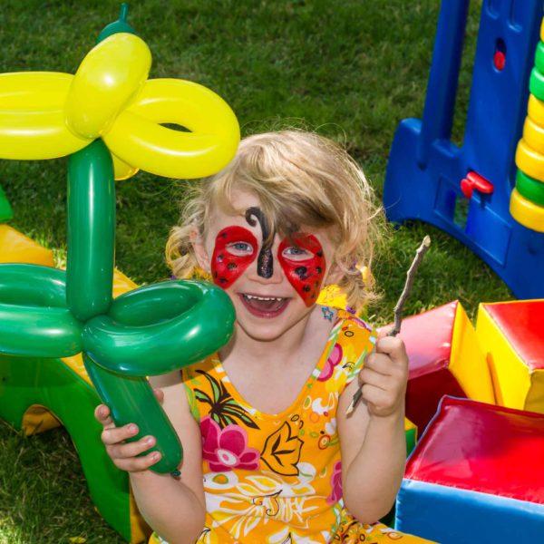 kid-balloon-twisting